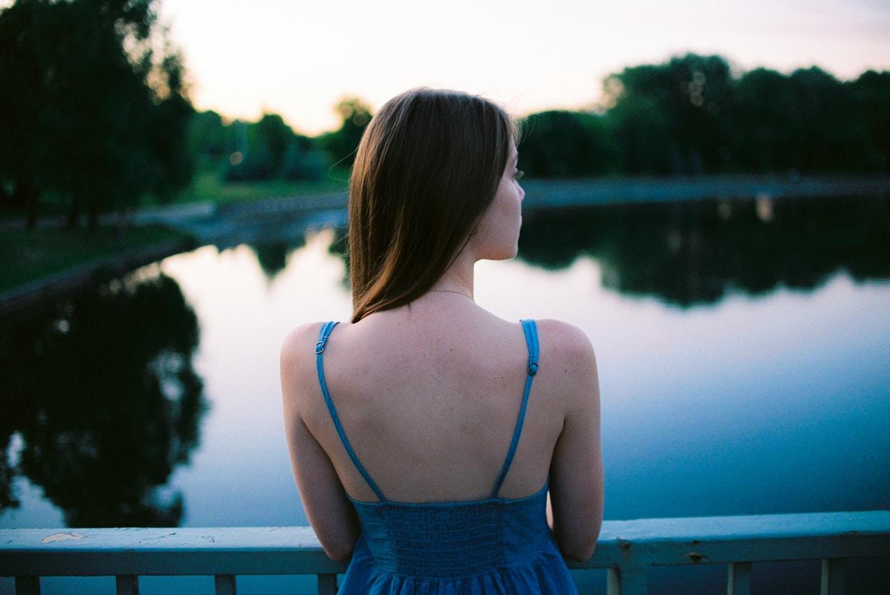 Sukienka z odkrytymi plecami - kiedy ją wybrać i jak dobrać do niej bieliznę?