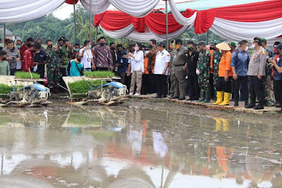 Menteri Pertanian RI dan Gubernur Lampung Lakukan Peninjauan Lokasi Olah Tanah dan Olah Tanam di Trimurjo