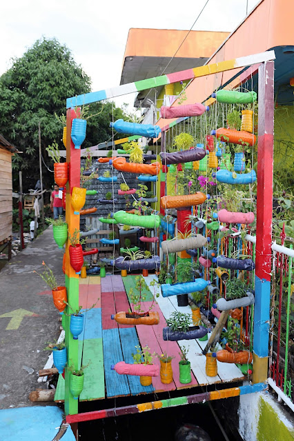 Taman dari botol warna warni di Kampung Kuantan