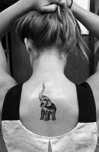 Um elefante embelezado com uma mandala padrão é retratado olhando para cima em preto e cinza tatuagem.