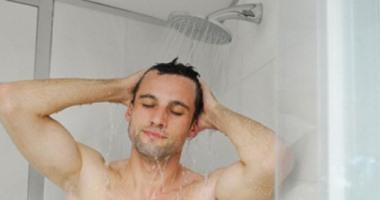 الاستحمام بالماء بالبارد يزيد العرق (فيديو)