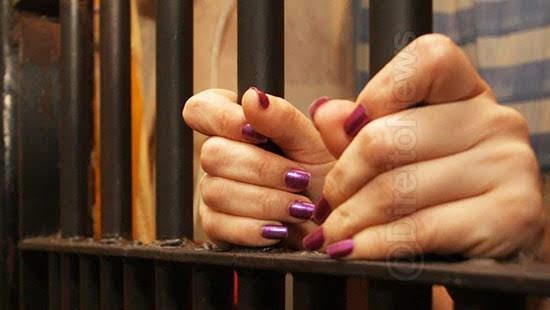 mulher presa stalking perseguir vizinhos 14