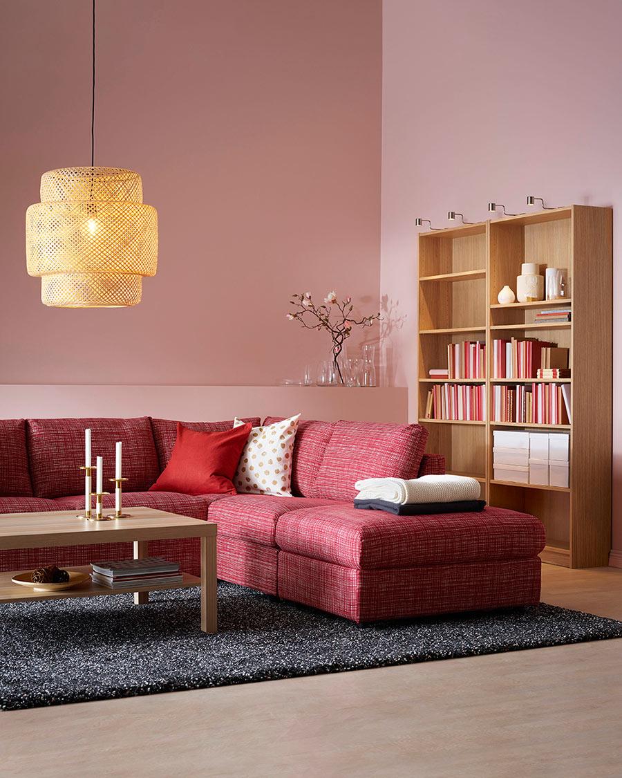 novedas catálogo ikea 2020 sofá rojo 3 plazas VIMLE con lámpara de fibras naturales