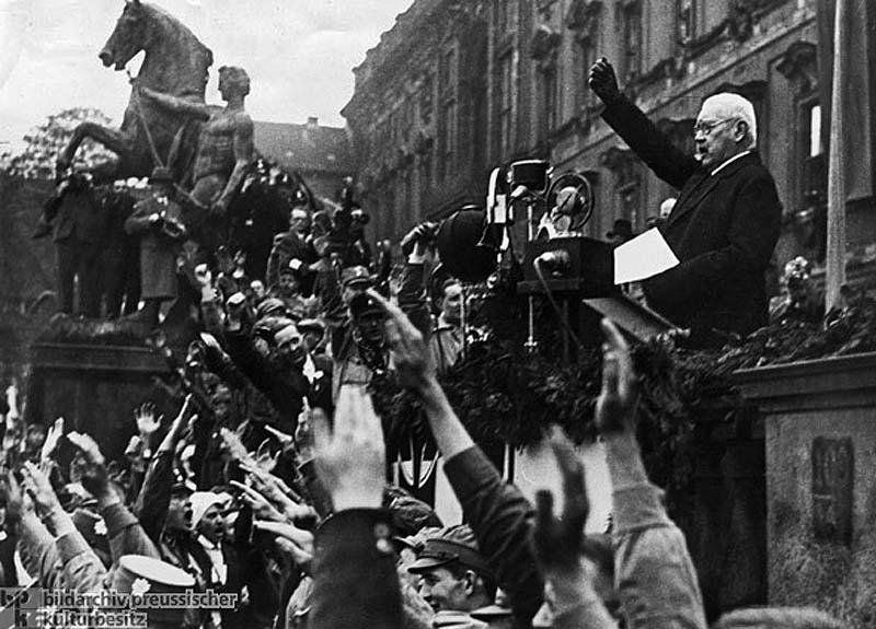 Рейс-президент Пауль фон Гинденбург выступает в Берлине 1 мая 1933