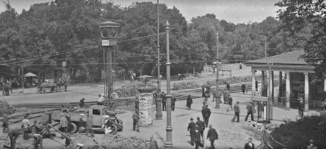 """1936 год. Рига. Идет реконструкция трамвайных путей на перекрестке трех бульваров и одной улицы. На втором плане Колоннадный павильон и полуразобранные бывшие """"Большие часы"""" еще без привычного названия """"Laima"""" и без циферблатов"""