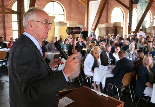 Auktionator Michael Prinz zu Salm-Salm bei der VDP Weinversteigerung.