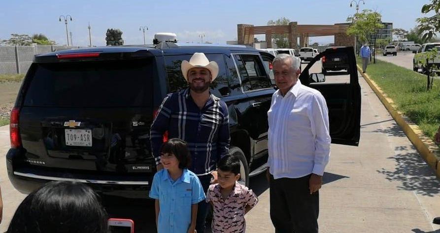 """""""Si señor yo soy de rancho"""", Emocionado """"El Komander"""" pide foto al Presidente Obrador durante gira por Sinaloa"""
