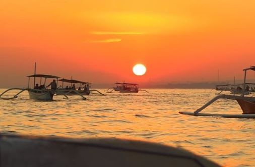 Keindahan Sunrise di Pantai Lovina