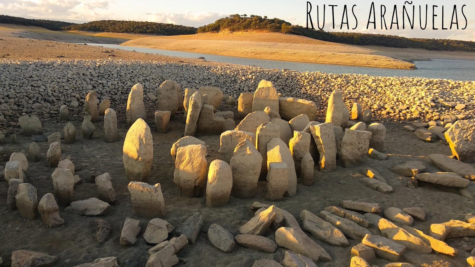 Imagen del yacimiento megalítico del pantano de Valdecañas en Cáceres (twitter de RUTAS ARAÑUELAS)