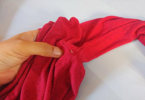Costurando à mão consertando roupas