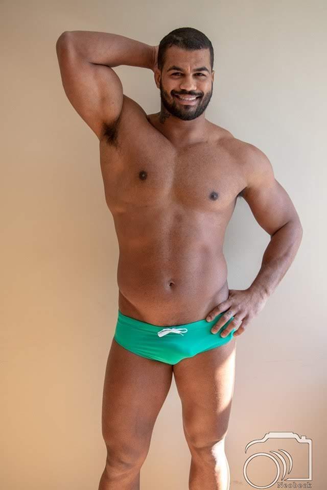 Renan Santiago posa de sunga para foto oficial do concurso. Foto: Neobeck Benedito