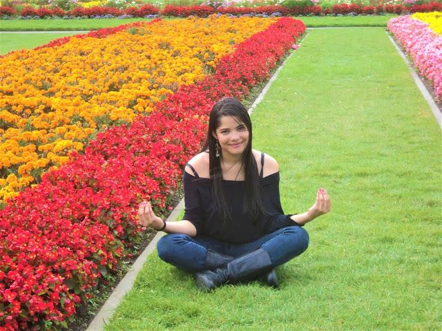 menina meditando no jardim