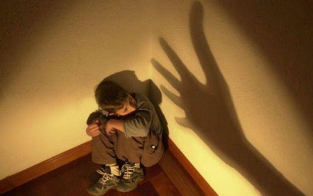Vizinho escuta gritos e defende menino de 7 anos ferido a socos pelo pai