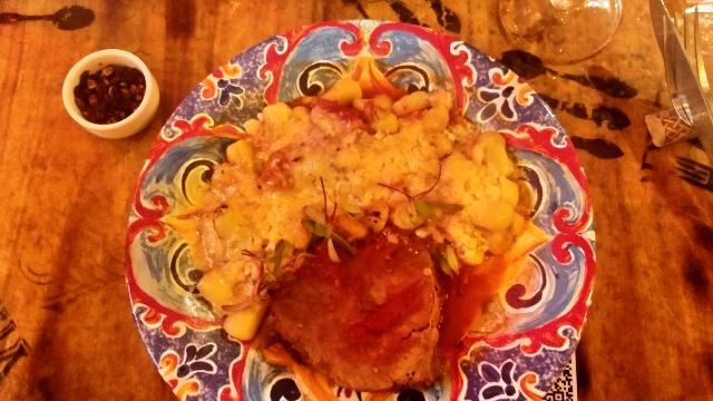 Nhoque de batata com carne assada gratinado no Grana Padano do Tutto Nhoque