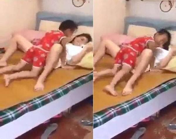 Dạng chân nằm ngửa cho con trai chơi đùa, bà mẹ bị CĐM chỉ chích dữ dội