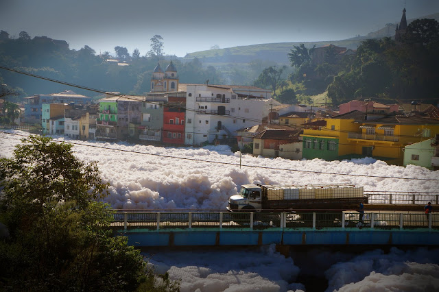 Rio de espuma de detergente em Pirapora do Bom Jesus