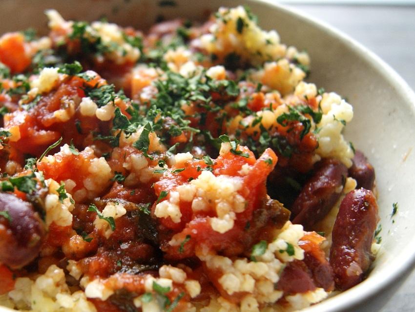 Potrawka z kaszą jaglaną z czerwoną fasolą w pomidorach