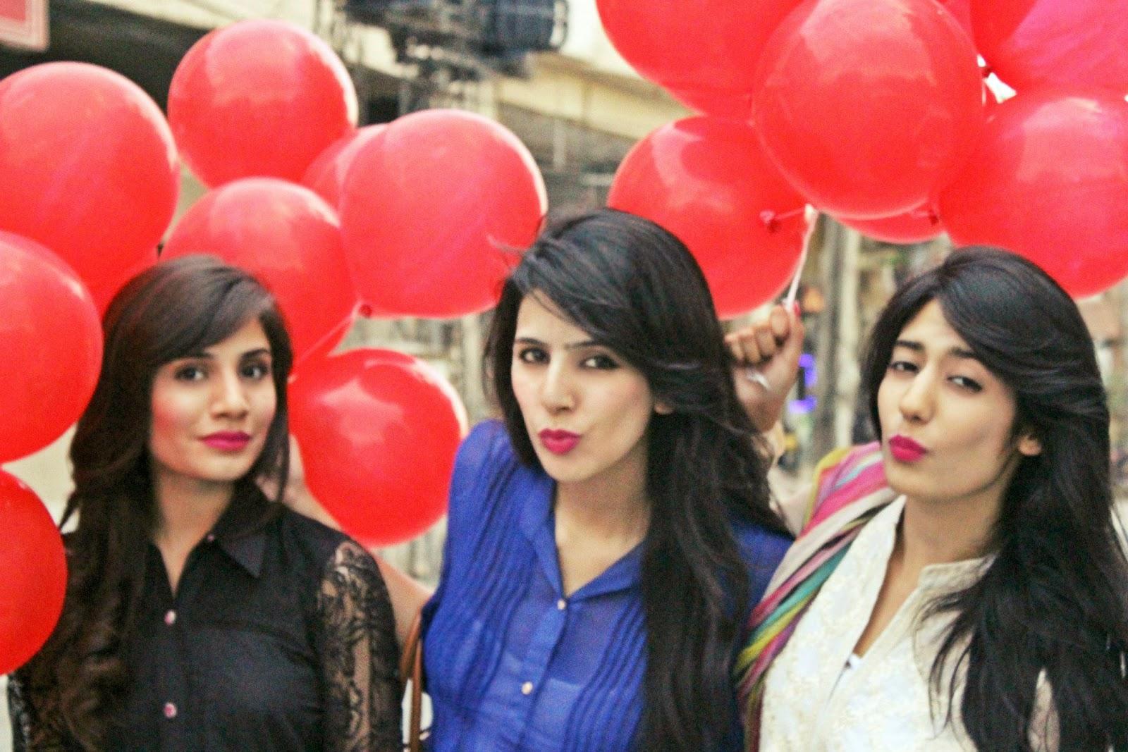Beautiful Pakistani Desi Collage Girls In Group Photos ...