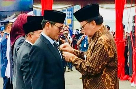 Gubernur Irwan Prayitno Dianugerahi Satyalancana Wira Karya
