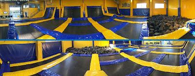 Interior del establecimiento Vens a Saltar con las camas elásticas y la piscina de cubos de espuma