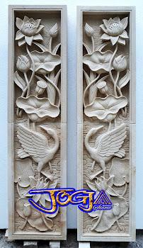 Relief bunga lotus dan burung bangau dibuat dari batu alam paras jogja atau batu putih