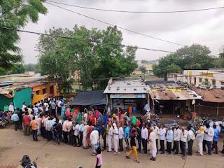 सेमल्दा में लाइन सड़क पर लोग परेशान