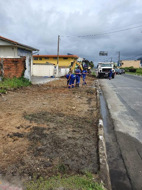 Obras de implantação de ciclovia na avenida São Paulo na Ilha Comprida