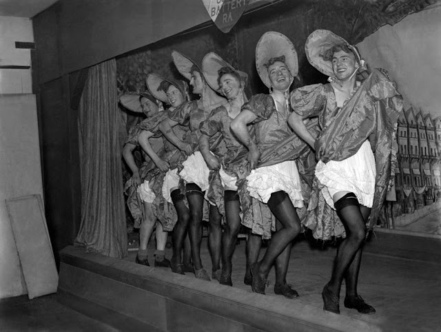 Soldados británicos vestidos de mujeres durante la Segunda Guerra Mundial