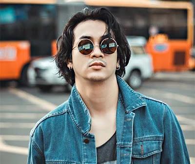 Dimas Andrean Pakai Kacamata