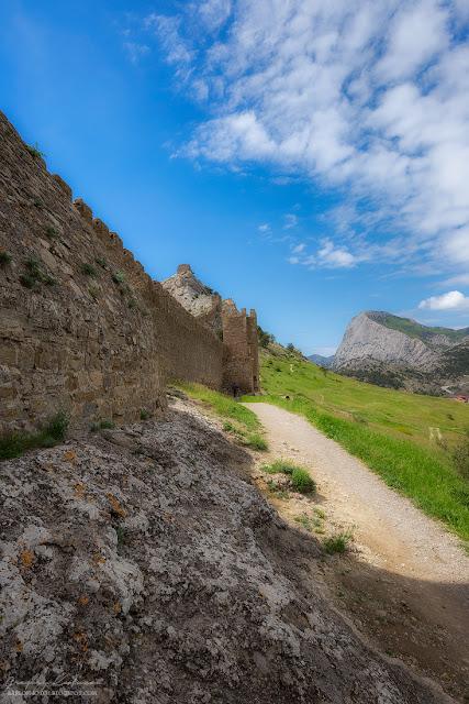 Участок крепостной стены. Судакская крепость, Крым.
