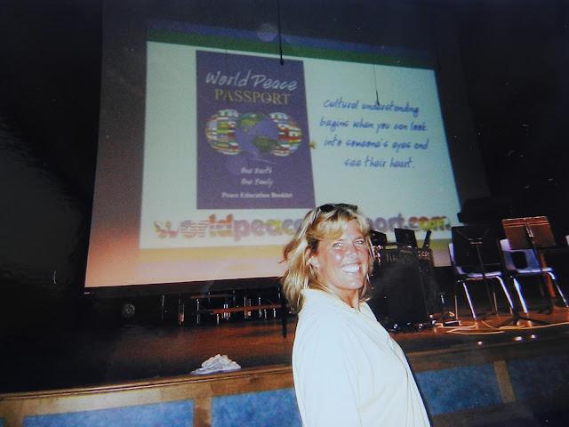 apresentando o World Peace Passport em uma escola