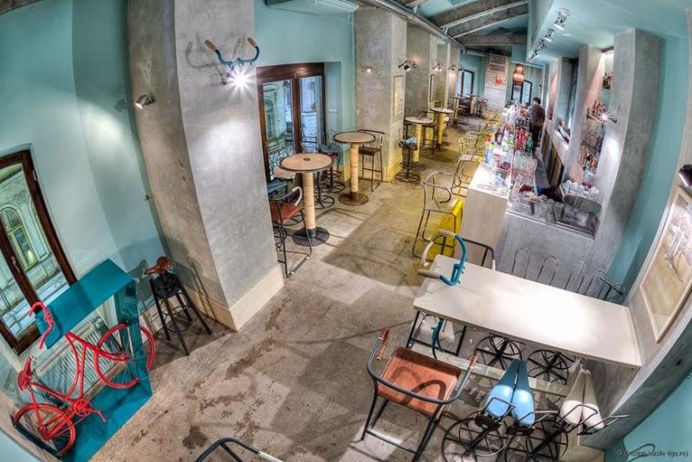 Bar vintage con estilo industrial inspirado en el mundo de la bicicleta.