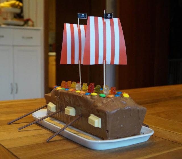 Rezept: Piratenschiff-Kuchen für den maritimen Kindergeburtstag backen. Ein einfacher Marmorkuchen aus der Kastenform schmeckt Geburtstagskind und Gästen.