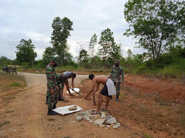Goyong Royong Perbaiki Jalan, Personel Batalyon Infanteri 642/Kapuas Laksanakan Karya Bakti Perbaiki Jalan