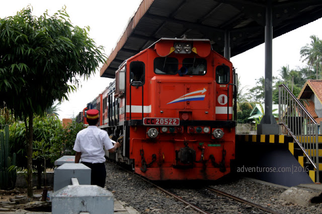 way kanan, train, kereta api, blambangan umpu, stasiun, stasiun blambangan umpu