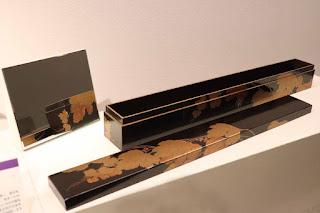 蓋をあけた状態で展示している 葡萄文蒔絵刀箱