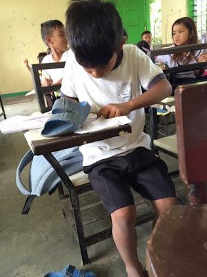 Sandal Pun Jadi Penghapus, Kisah Anak Ini Bikin Terenyuh
