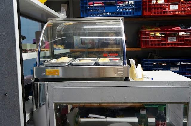salgados acondicionados na estufa da banca do CEU - Santos