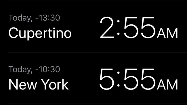 التوقيت المحلي في كوبرتينو ونيويورك في تطبيق الساعة.