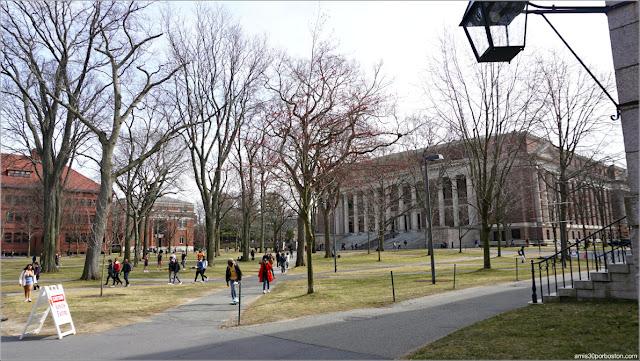 Campus Principal de la Universidad de Harvard después del Anuncio de la Suspensión de Clases (11-03-20)
