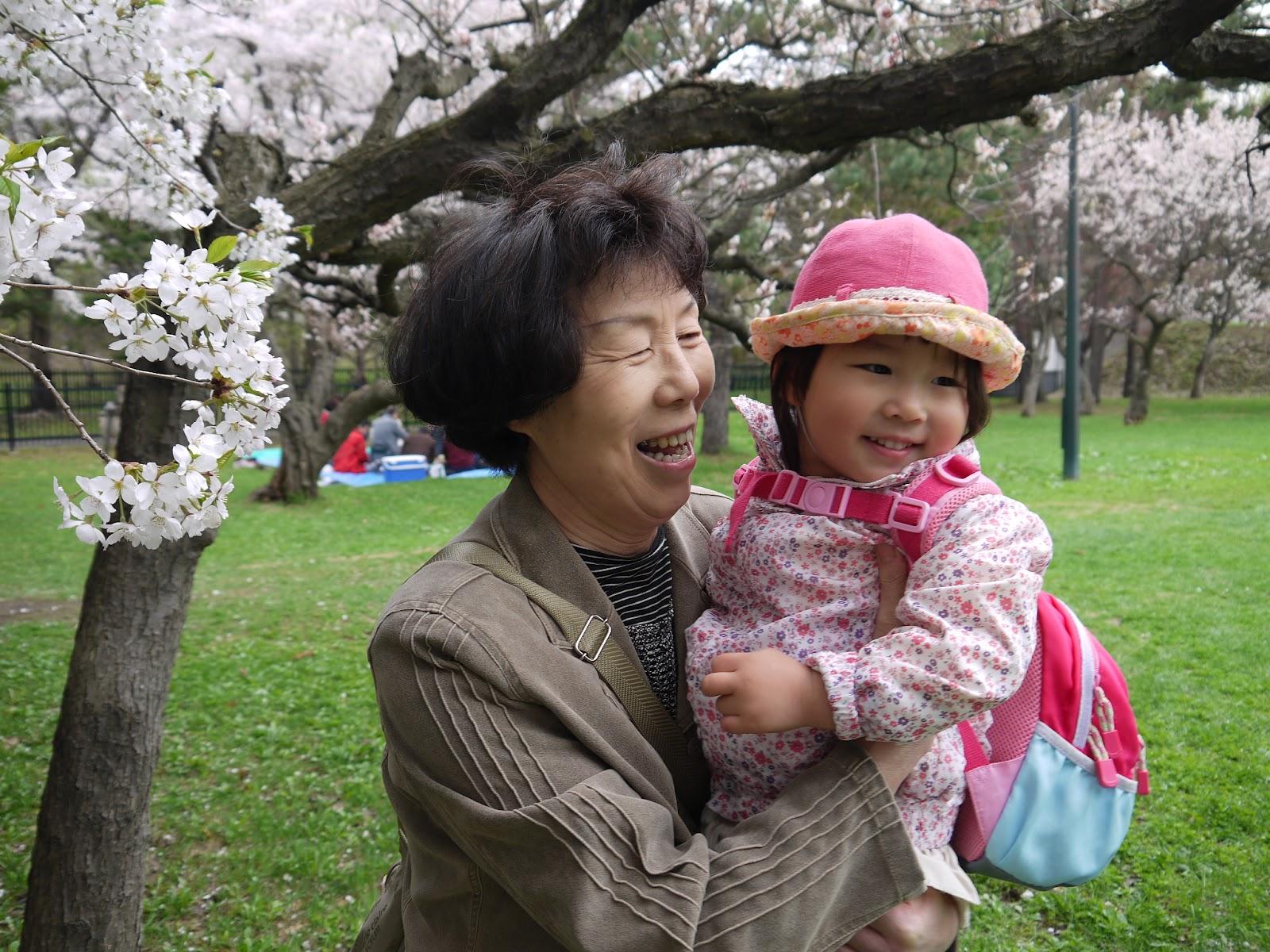 パパが車を取りに行った時にも「さわる」と抱っこを要求。 お腹の大きいママが難色を示すと、おばあち