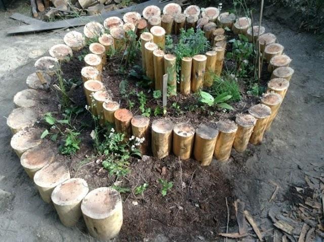 Ограждения для клумб на даче из древесных спилов