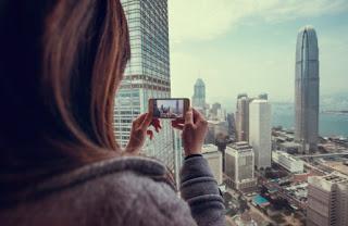 Tomando foto de la hermosa ciudad con smartphone