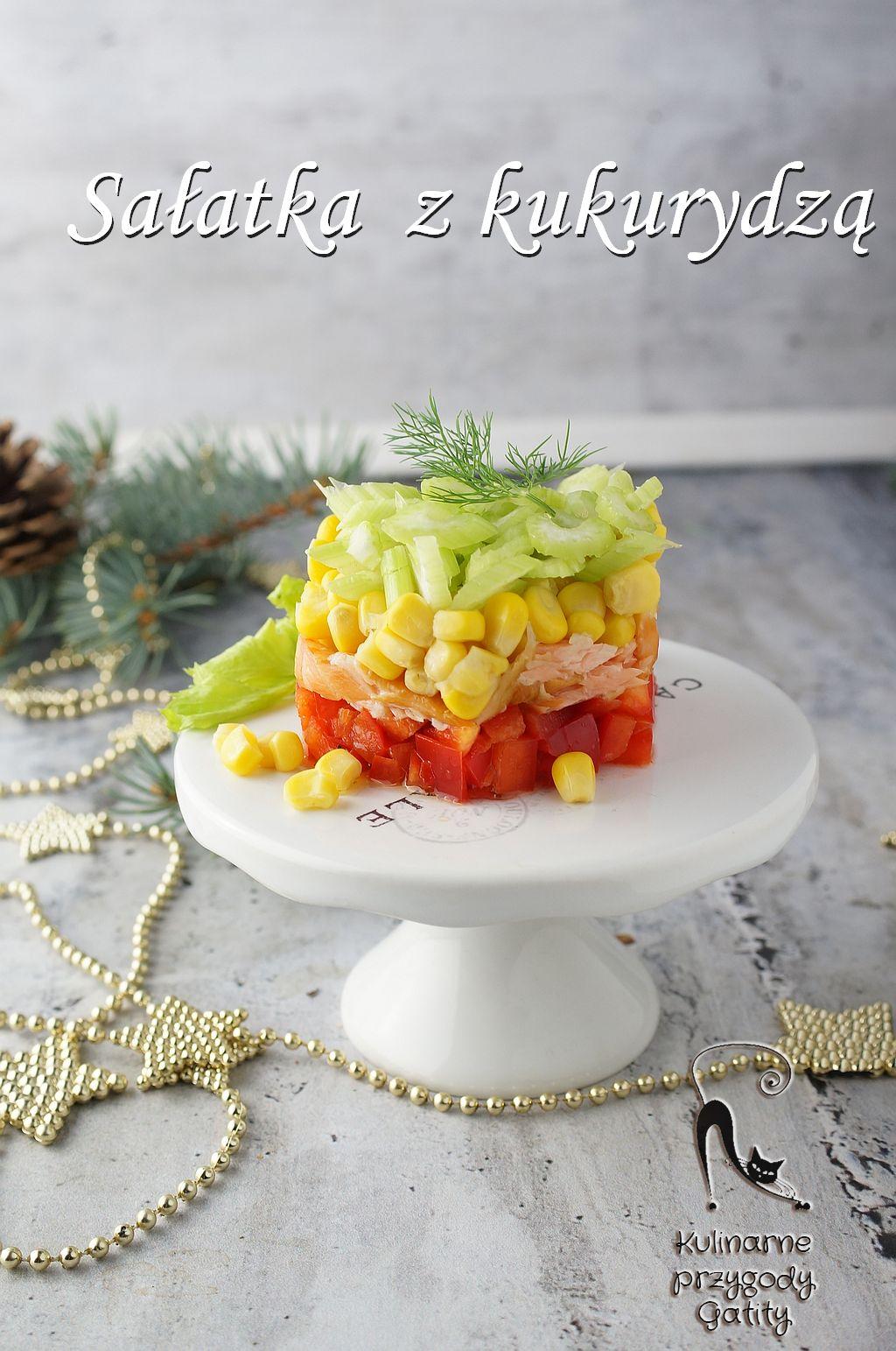 salatka z kukurydza i lososiem w szklanym pojemniku na swiatecznym tle