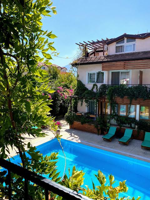Вид с балкона на бассейн с голубой водой