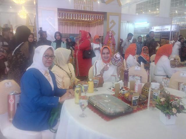 Ketua Dekranasda Provinsi Lampung Hj. Riana Sari Arinal, SH mengecek persiapan Lampung Craft 2020 di gedung Graha Wangsa