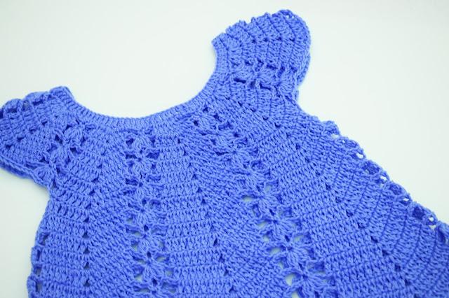 5 - Vestido de verano con puntada de fresas a crochet y ganchillo