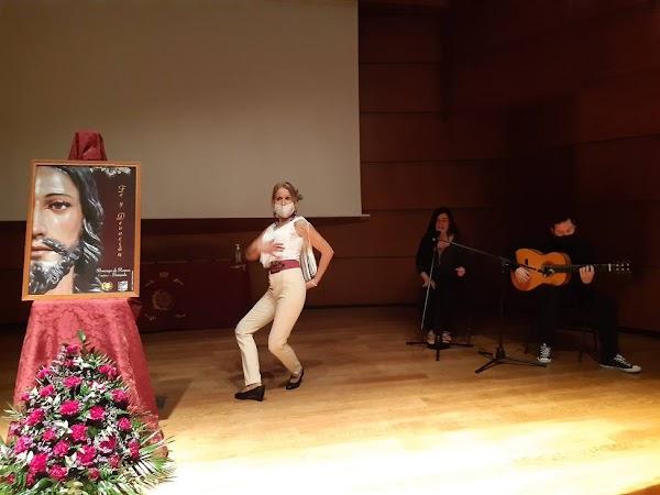 La presentadora del cartel de la Borriquilla de Granada, acompaña su intervención con un baile flamenco