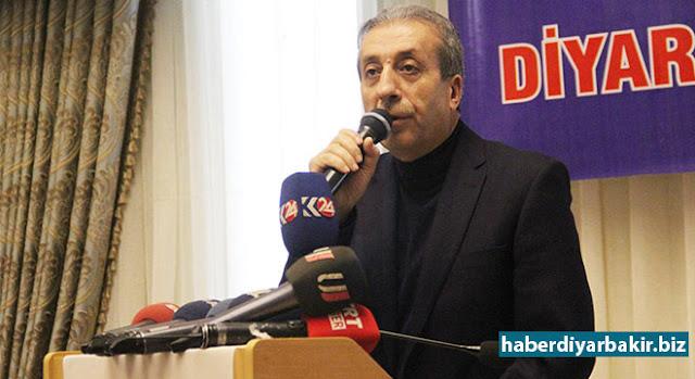 """DİYARBAKIR-AK Parti Genel Başkan Yardımcısı Mehdi Eker, Diyarbakır'da Genişletilmiş İl Danışma Meclis Toplantısında yaptığı konuşmada, CHP'nin referandum kararına tepki göstererek, """"Anamuhalefet partisinin 'rejim tehlikeye giriyor, rejimi değiştiriyorlar' söylemleri cehaletten öteye bir anlam taşımamaktadır. CHP'nin lügatinde 'hayır'cılıktan başka bir kelime yok. Her şeye 'hayır' diyor. Ne getirilse 'hayır' diyor."""" dedi."""