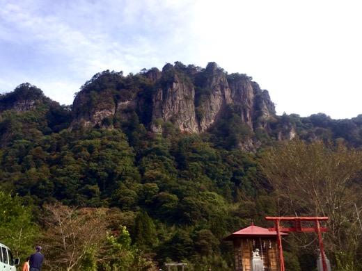 密岩神社の赤い鳥居と岩櫃山